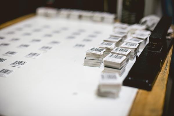 Confezionamento etichette tessute per prodotti